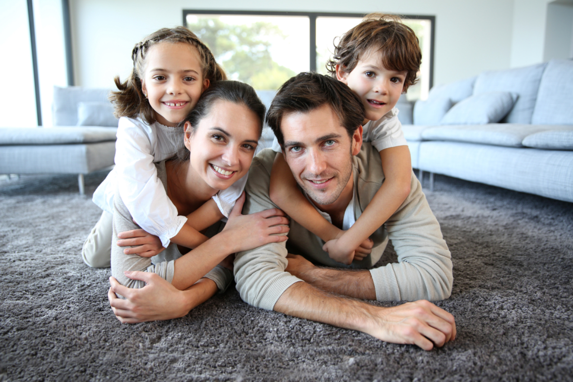 familie-auf-teppich